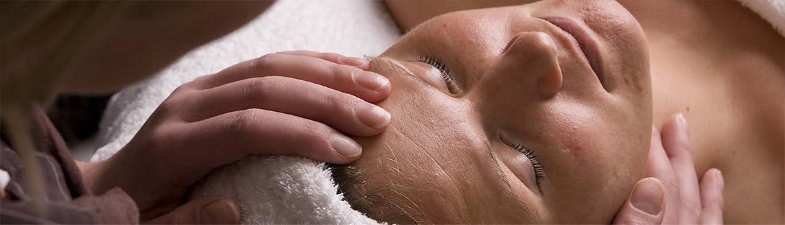 Een vrouw krijgt een gezichtsbehandeling